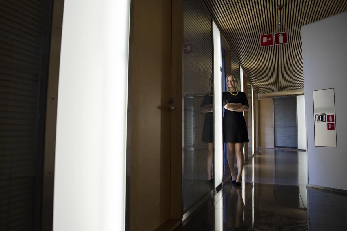 Riikka Purra työhuoneensa ovella. Edustalla on Jussi Halla-Ahon työhuone.