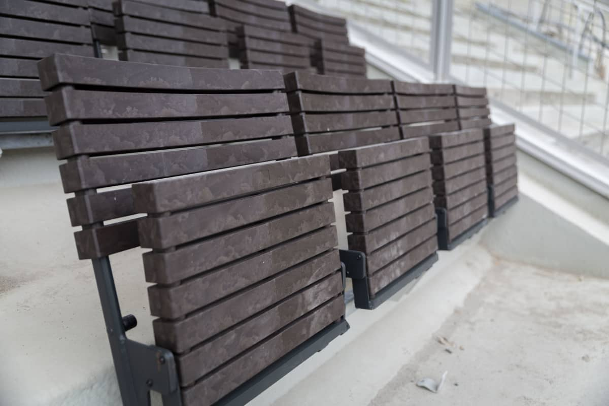 Helsingin olympiastadionin uusi penkki asennettuna