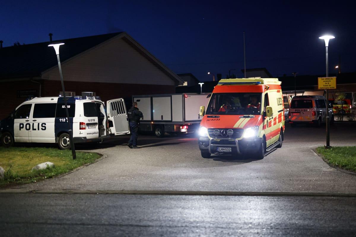 Poliisin autoja Eestinmäen päiväkodin pihalla aikaisin sunnuntaina aamulla 25. elokuuta