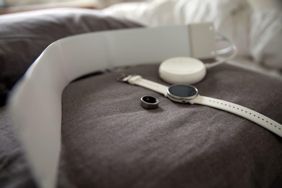 Unen mittauslaitteita tyynyllä