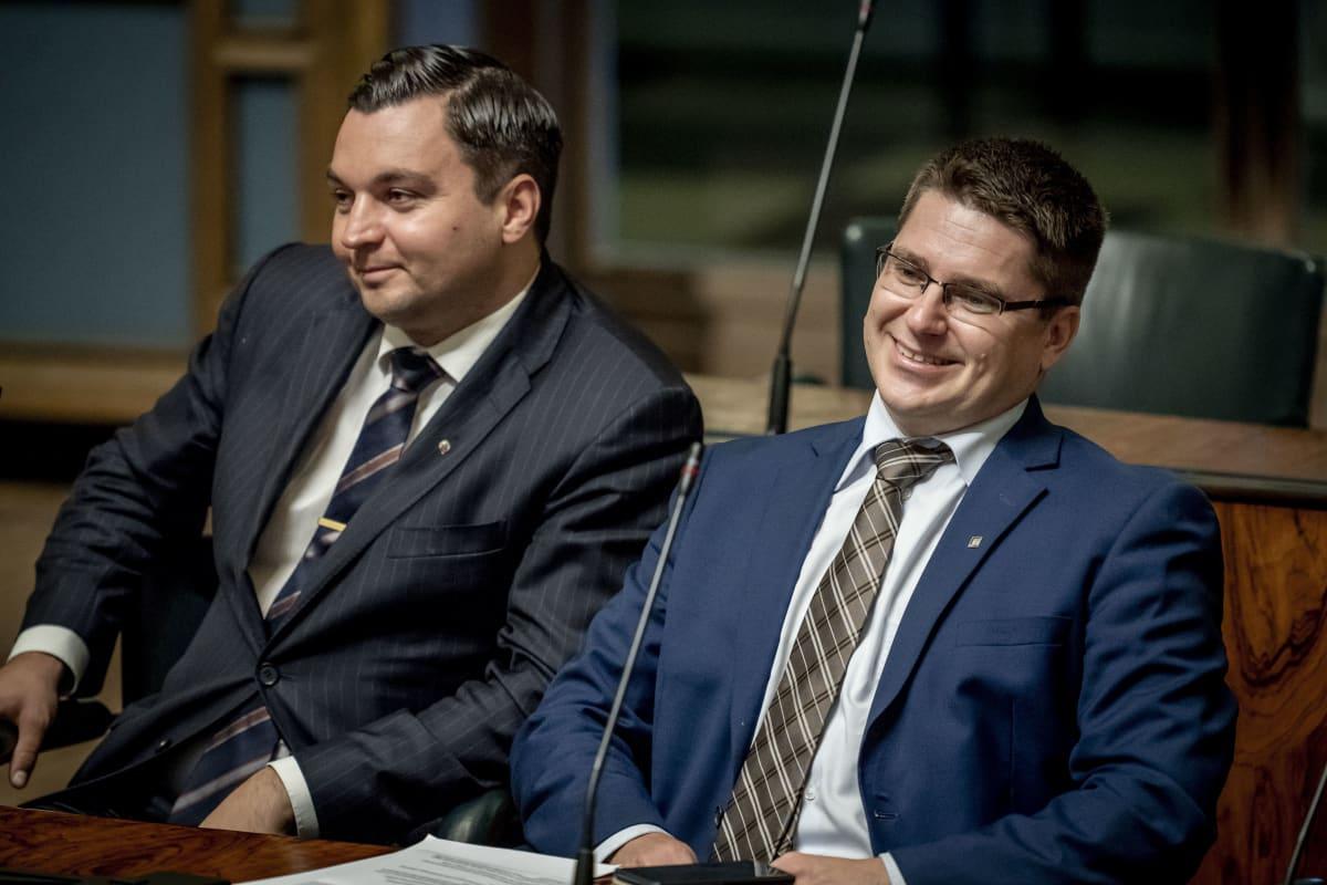Kansanedustajat Joakim Strand ja Mikko Ollikainen täysistunnossa 11.9.2019