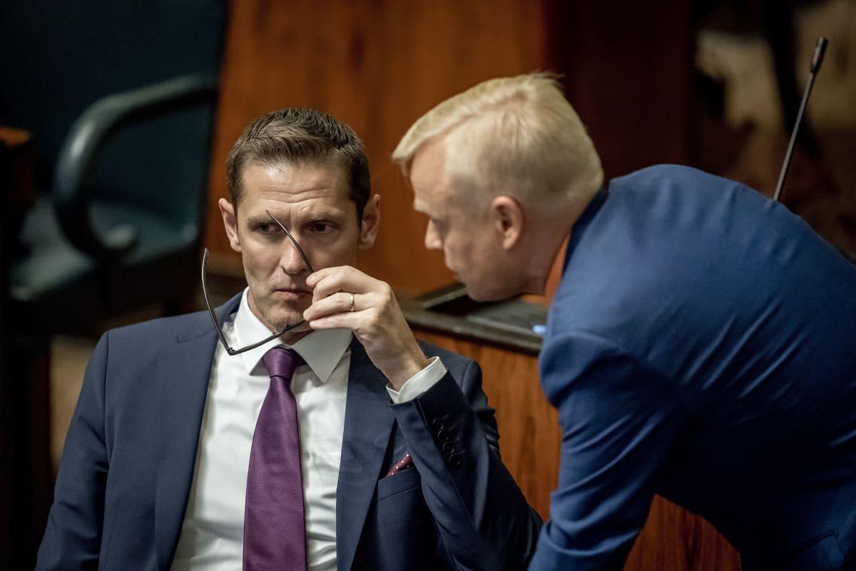Sinuhe Wallinheimo ja Timo Heinonen täysistunnossa