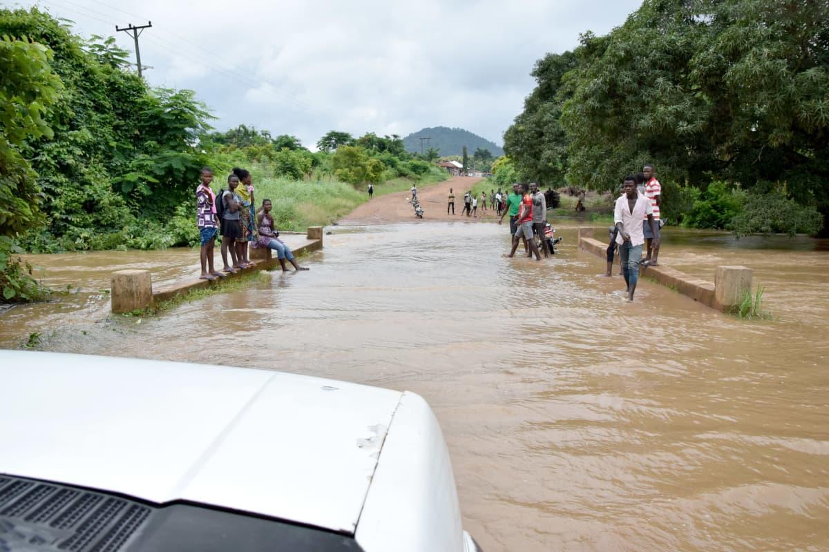 Joki tulvii maantielle sadekaudella