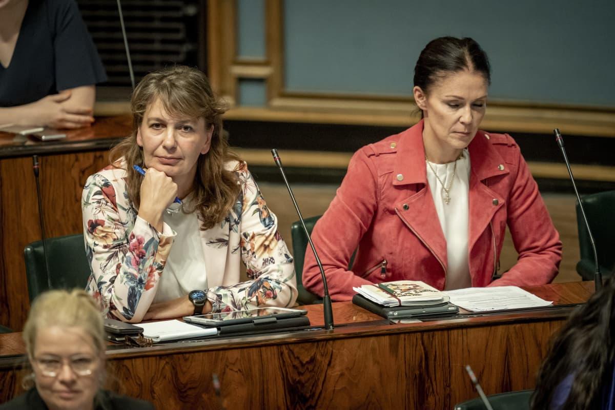 Riikka Slunga-Poutsalo ja Lulu Ranne eduskunnassa 12.9.2019
