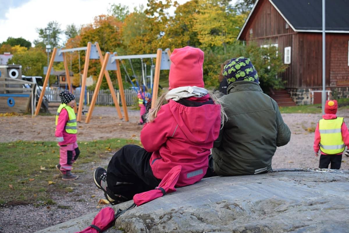Lapsia leikkipuistossa