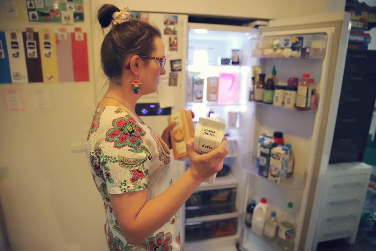Katri Tepponen laittaa kaurajuomia jääkaappiin