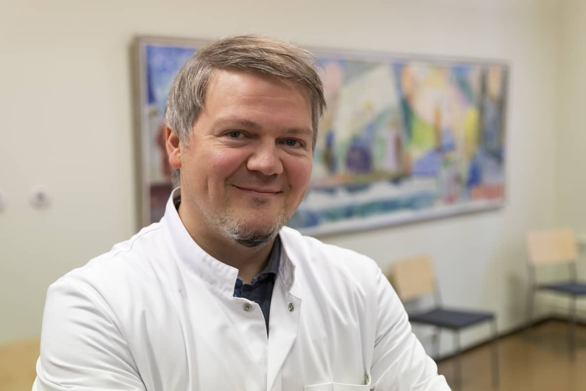 Lääkäri Markus Granholm katsoo kameraan.