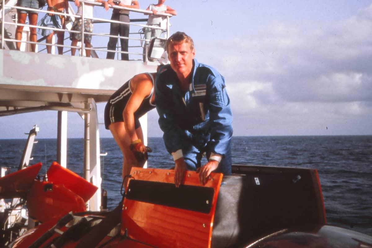 Pekka Laakso laskeutumassa MIR-sukellusalukseen.
