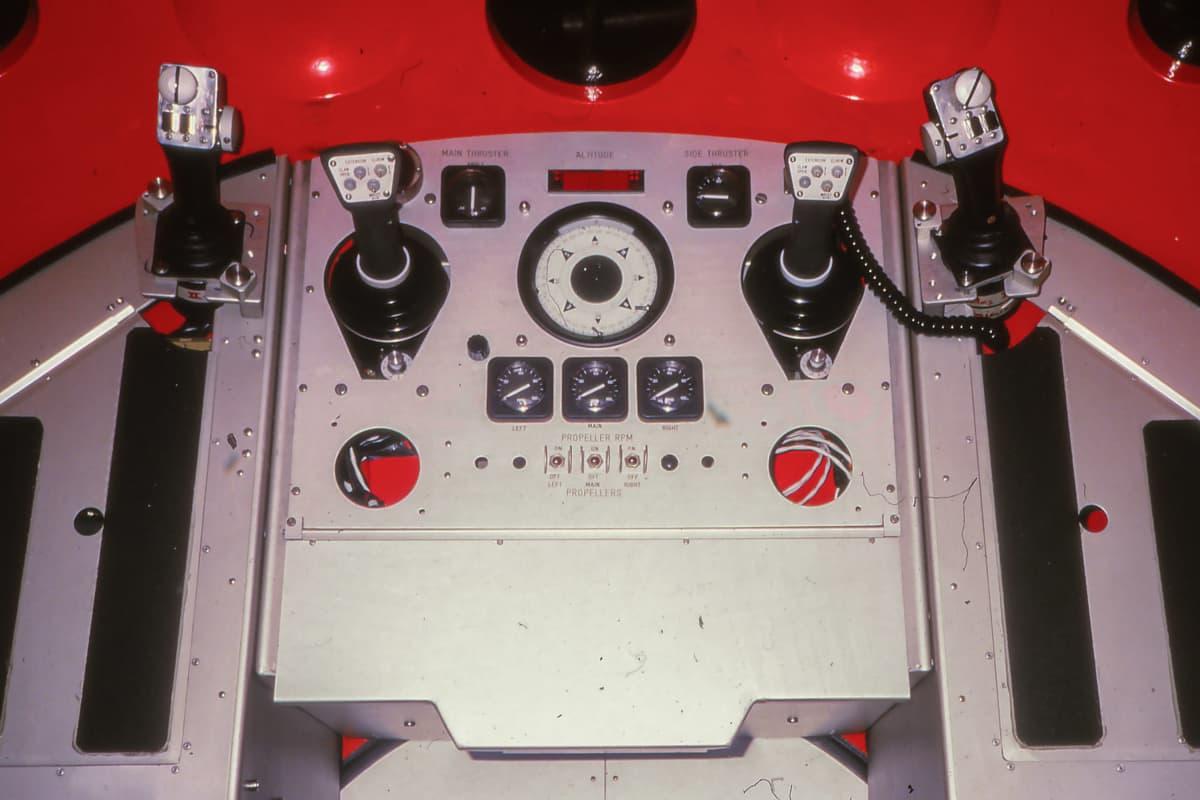 MIR-sukellusaluksen hallintalaitteita aluksen sisällä.