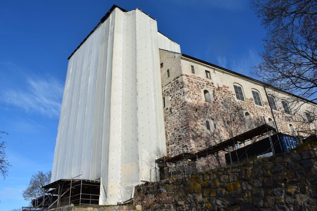 Turun linnan torni korjaustöiden vuoksi hupussa