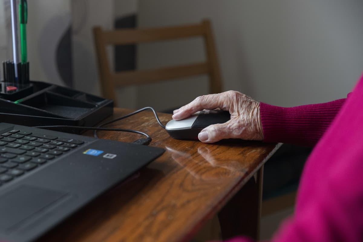 Veteraani Elma Rinkinen pelaa tietokoneella pasianssia.