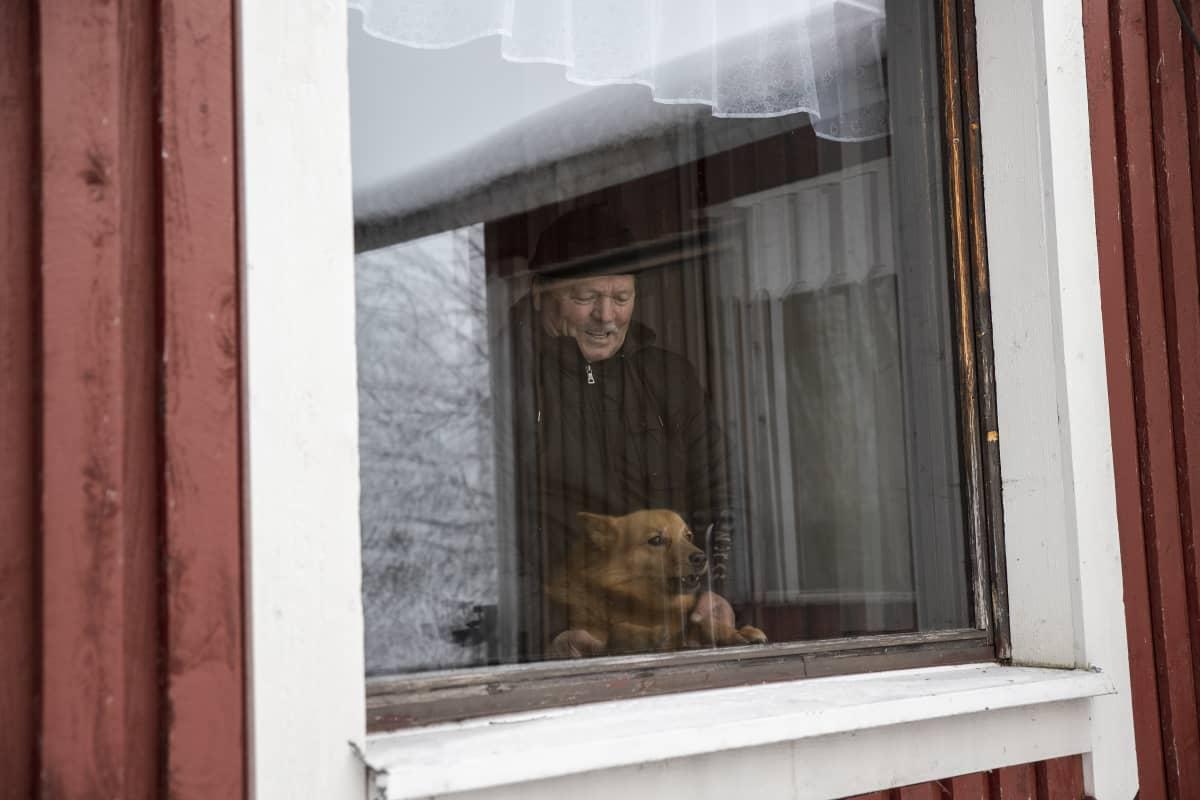 Raimo jää koiransa kanssa odottamaan seuraavaa kohtaamista suden kanssa.