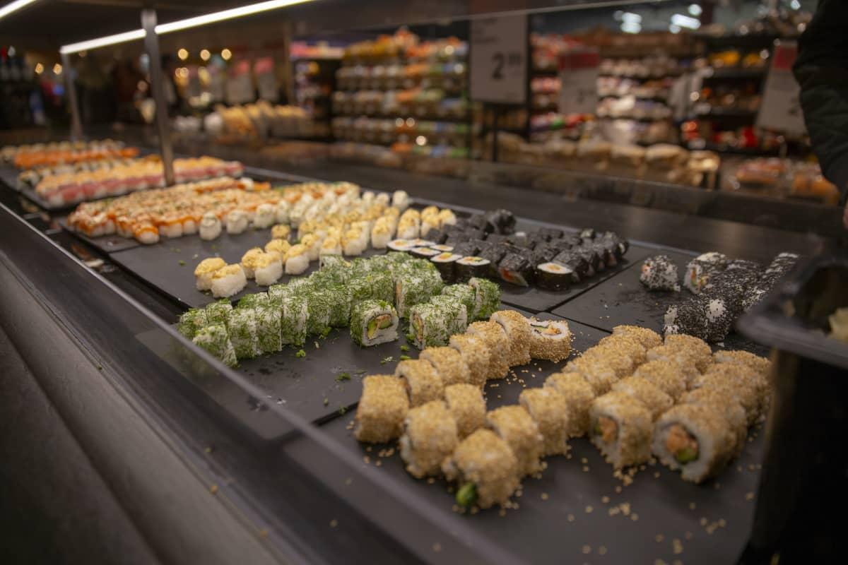 Järvenpään K-citymarketin sushi-buffet.