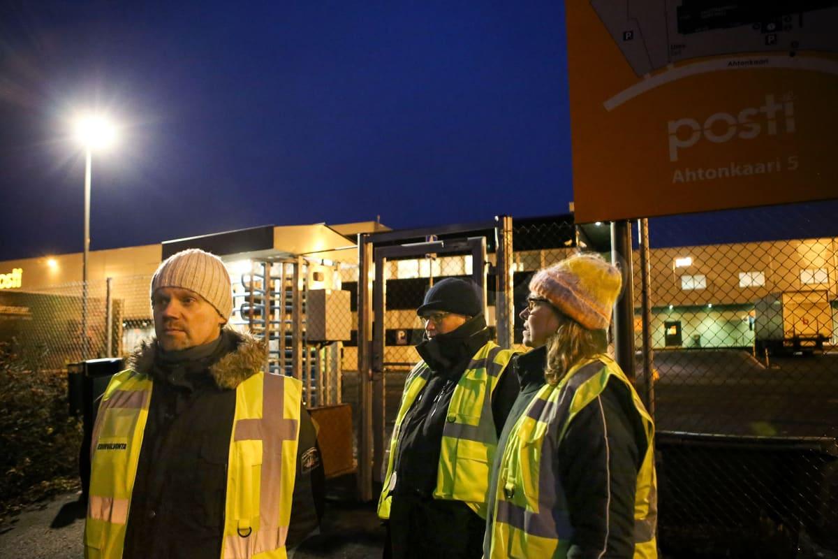 Lakkovahteja Postin logistiikkakeskuksen portilla Liedossa maanantaina 11. lokakuuta.