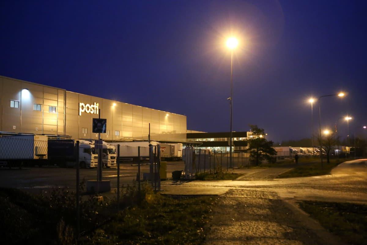 Postin logistiikkakeskus Liedossa.