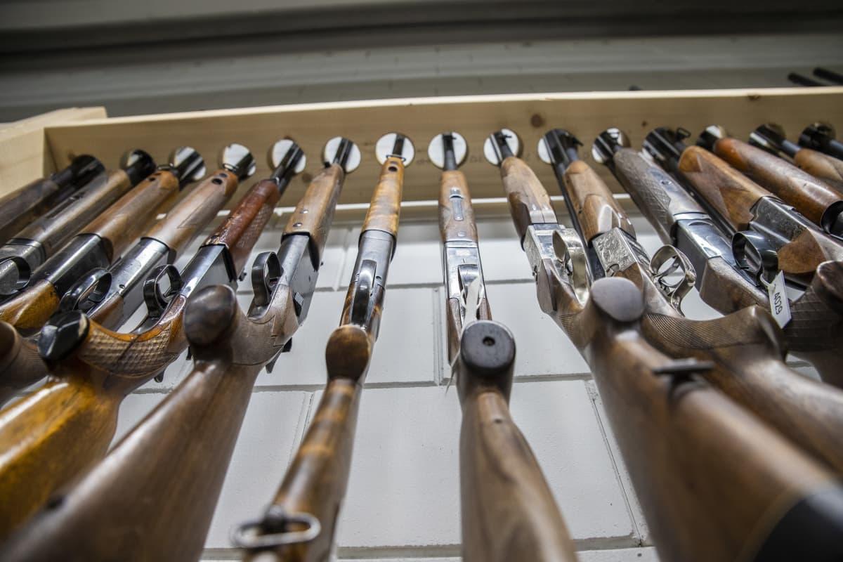 haulikoita ase-liikkeen varastossa
