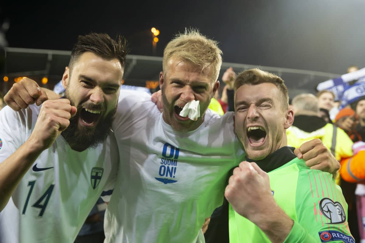Huuhkajien Tim Sparv, Paulus Arajuuri ja Lukas Hradecky tuulettamassa voittoa.