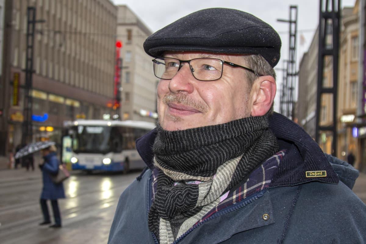 Ilari Karppi hymyilee Hämeenkadulla Tampereella
