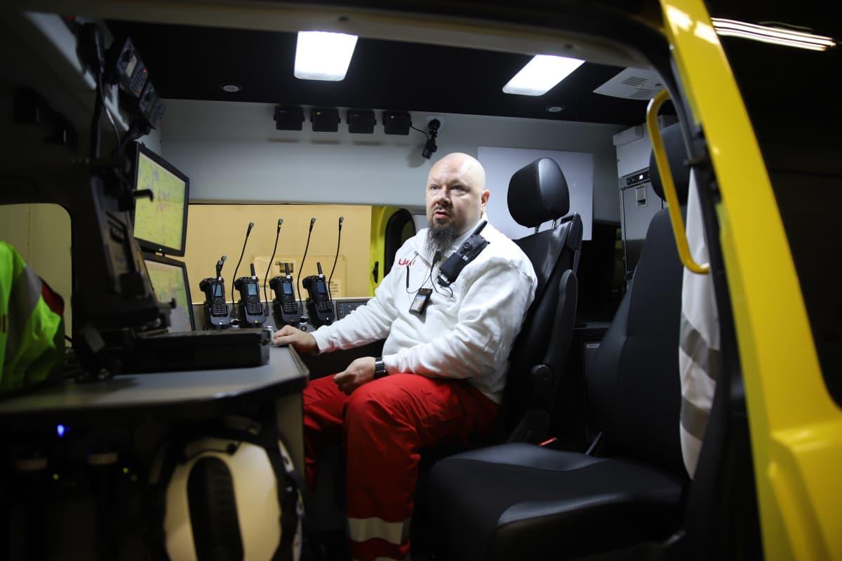 Vastuulääkäri Markus Lyyra istuu ambulanssissa