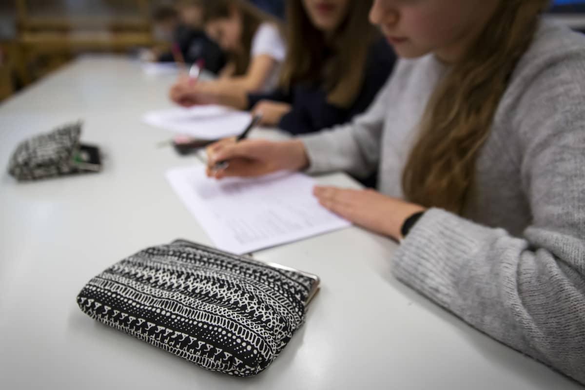 Oppilaat tekevät koulutehtäviä