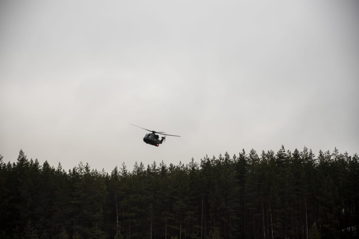 Puolustusvoimien helikopteri.