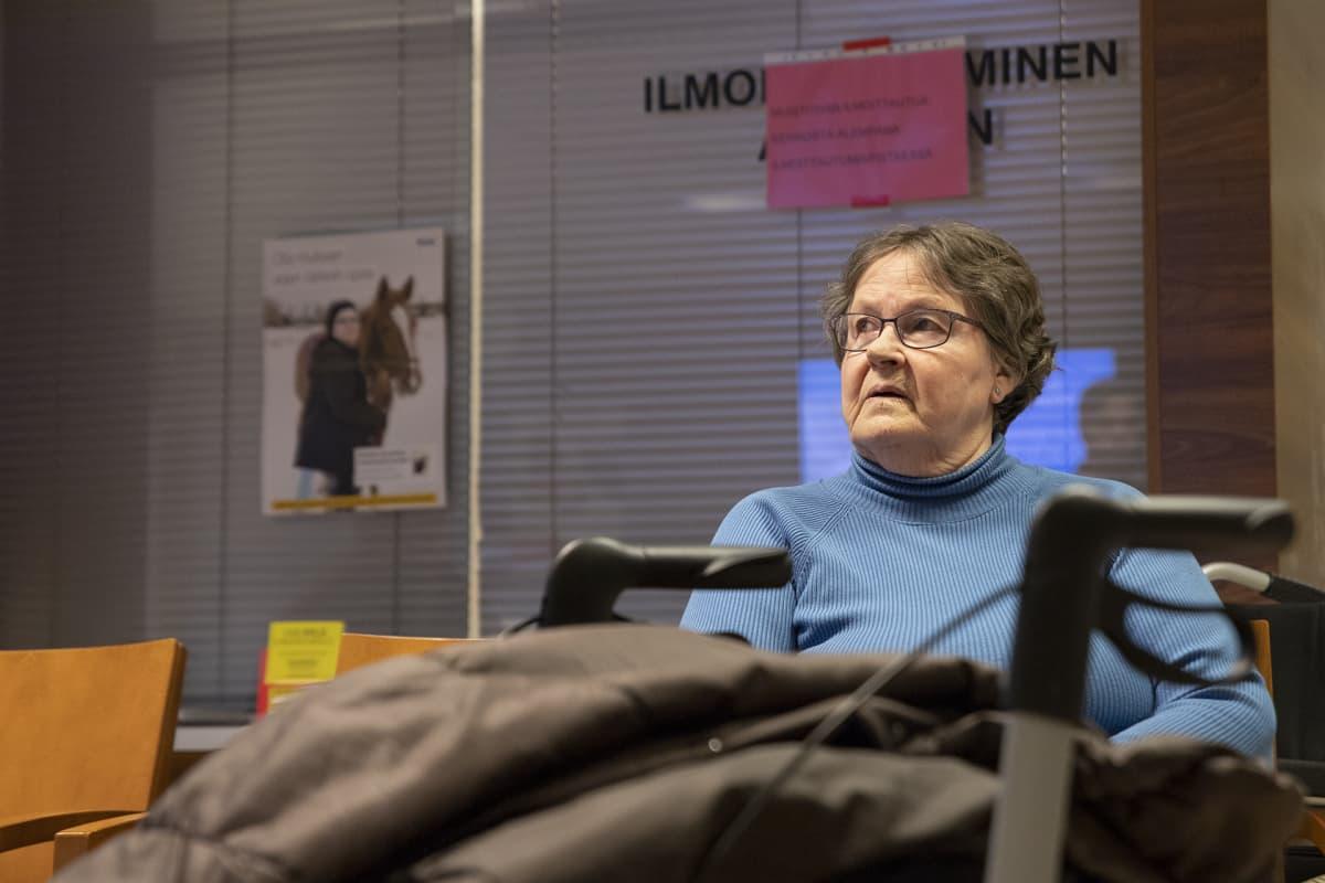 Leena Heinonen odottaa vuoroaan terveysasemalla.