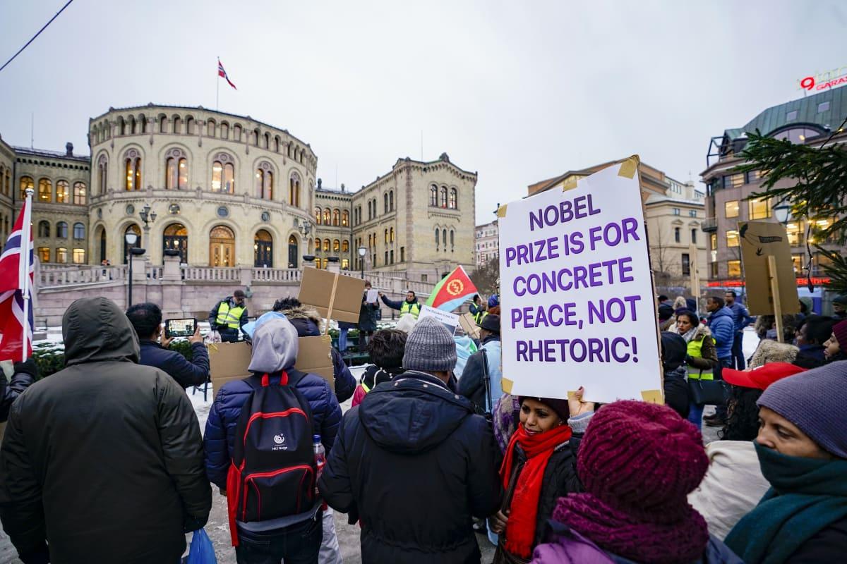 Mielenosoittajia Norjan parlamenttitalon edessä.