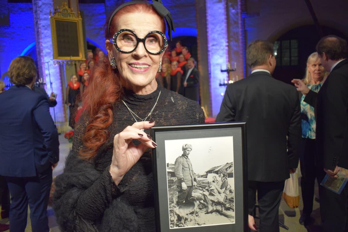 Aira Samulin esittelee valokuvaa vuodelta 1927.