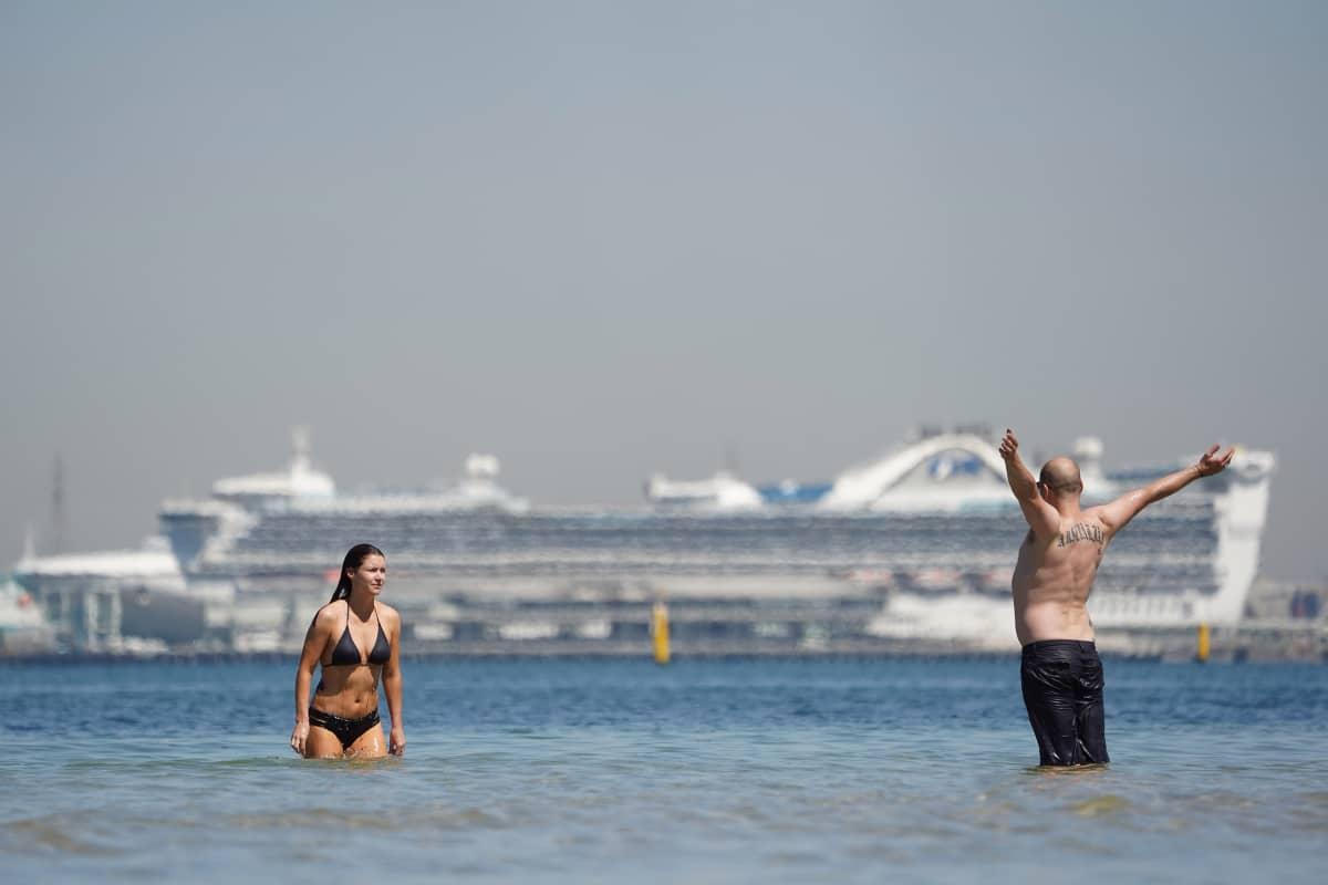 Ihmisiä rannalla Australiassa.