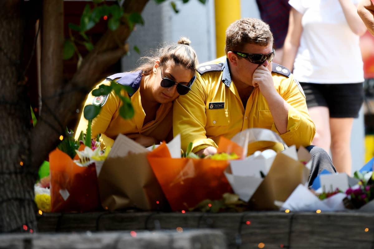 Australialaiset palomiehet surevat kahta kuollutta työtoveriaan.