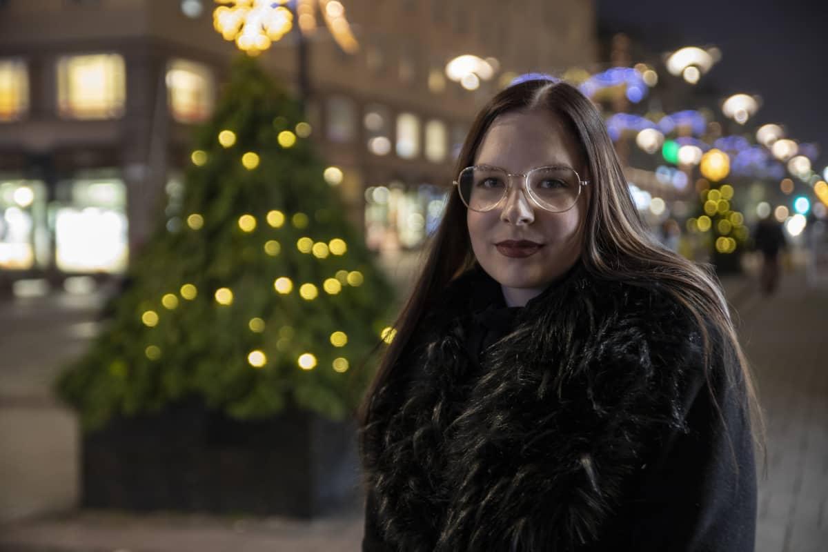 Turkulainen Janika Sirén katselee Yliopistonkadun päähän.
