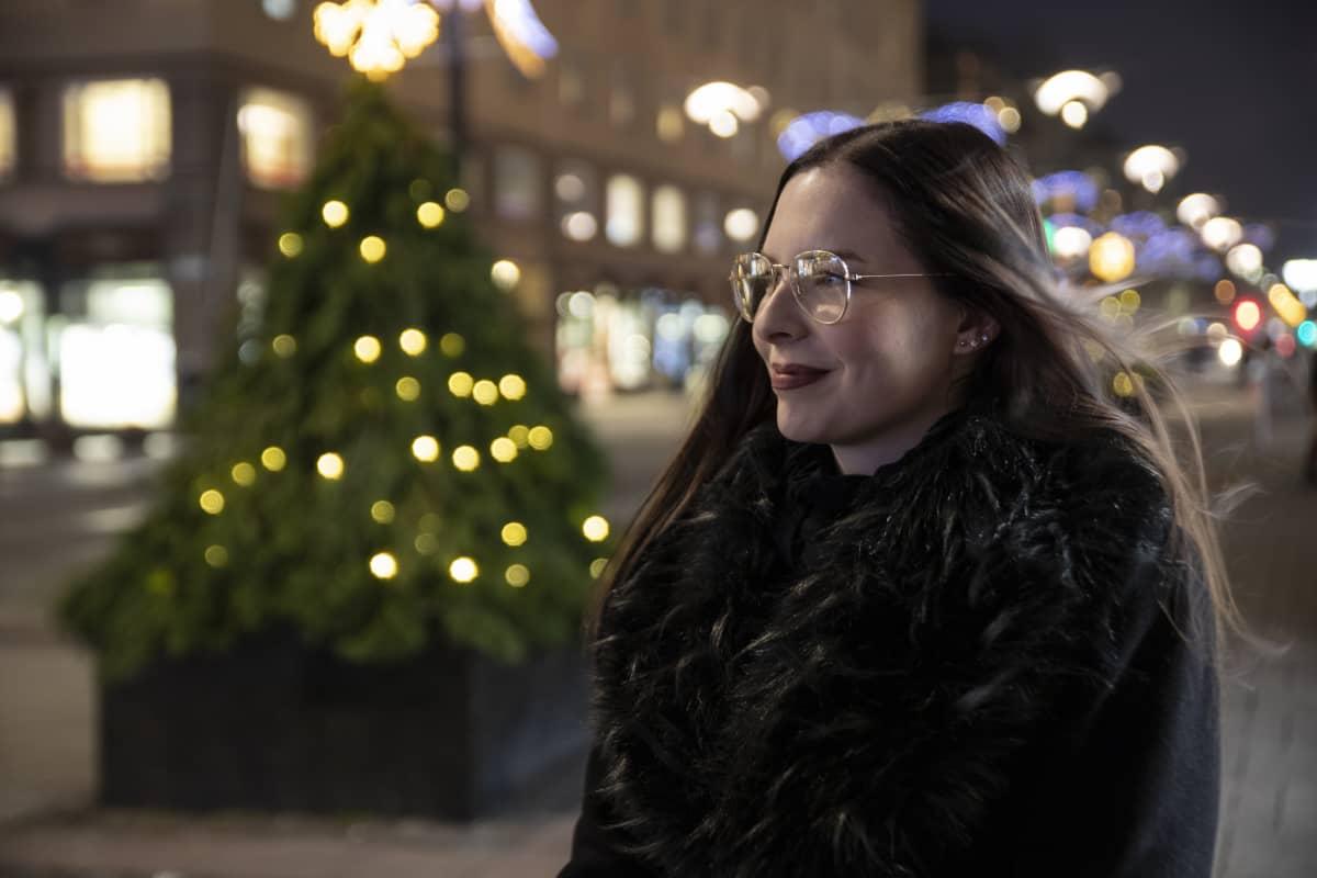 Janika Siren katselee Turun Yliopistonkadun päähän.