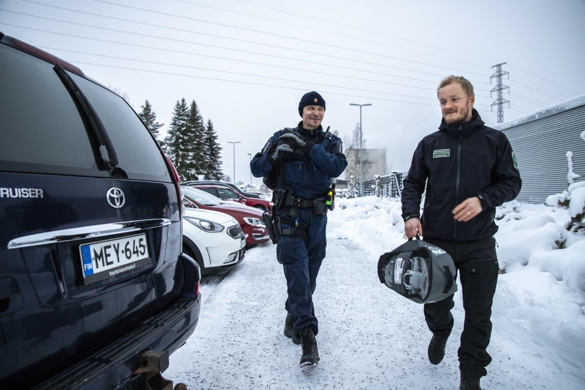 Susipartion jäsenet Tobias Peura ja Kimmo Örn pakkaavat autoa lähtövalmiiksi Joensuun poliisiaseman edustalla