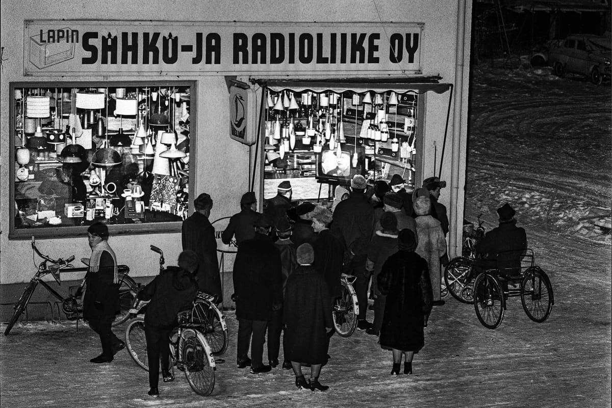 rovaniemeläiset katsovat TV-ohjelmaa TV-kaupan ikkunan ääressä 60-luvulla.