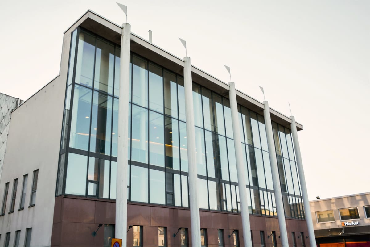 En stor byggnad med stora glasfönster.