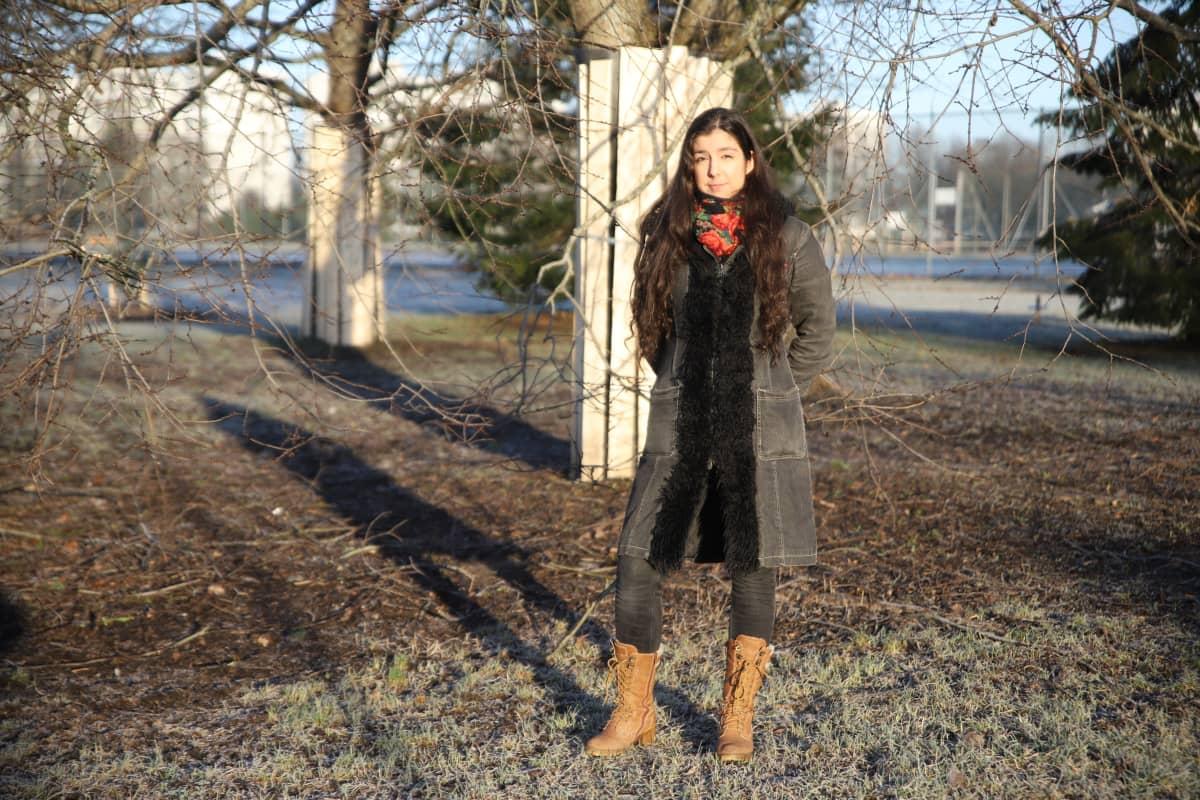 Nainen puistossa.