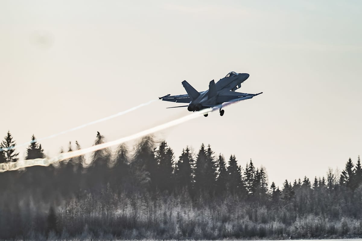 Hornet-hävittäjä nousee Pirkkalan lentokentältä.