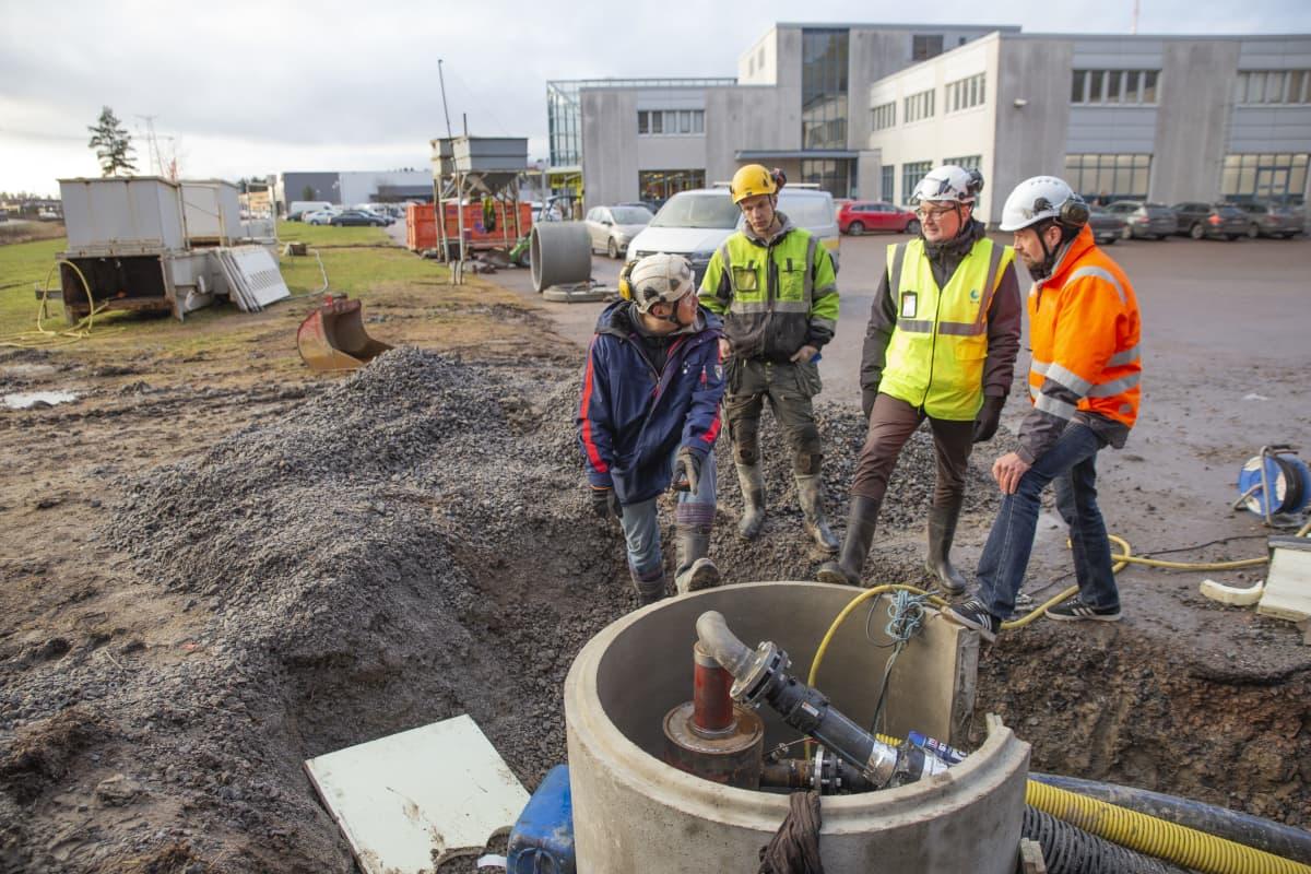 Geolämpökaivon äärellä QHeatin innovaatiojohtaja Rami Niemi, työmies, GTK:n johtava asiantuntija Teppo Arola ja QHeatin toimitusjohtaja Miska Eriksson.