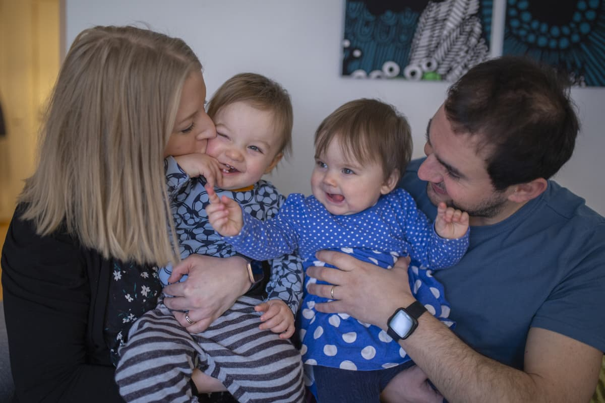 Perhepotretti, jossa Henna Kapulainen, Pasquale Romano ja heidän välissään kaksoset Leo ja Mia.