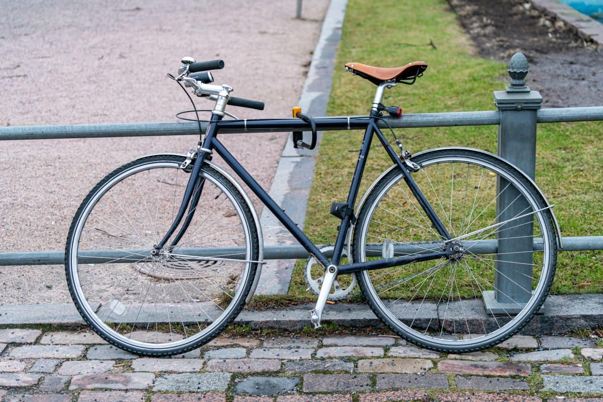 Polkupyörä lukittuna kaiteeseen.