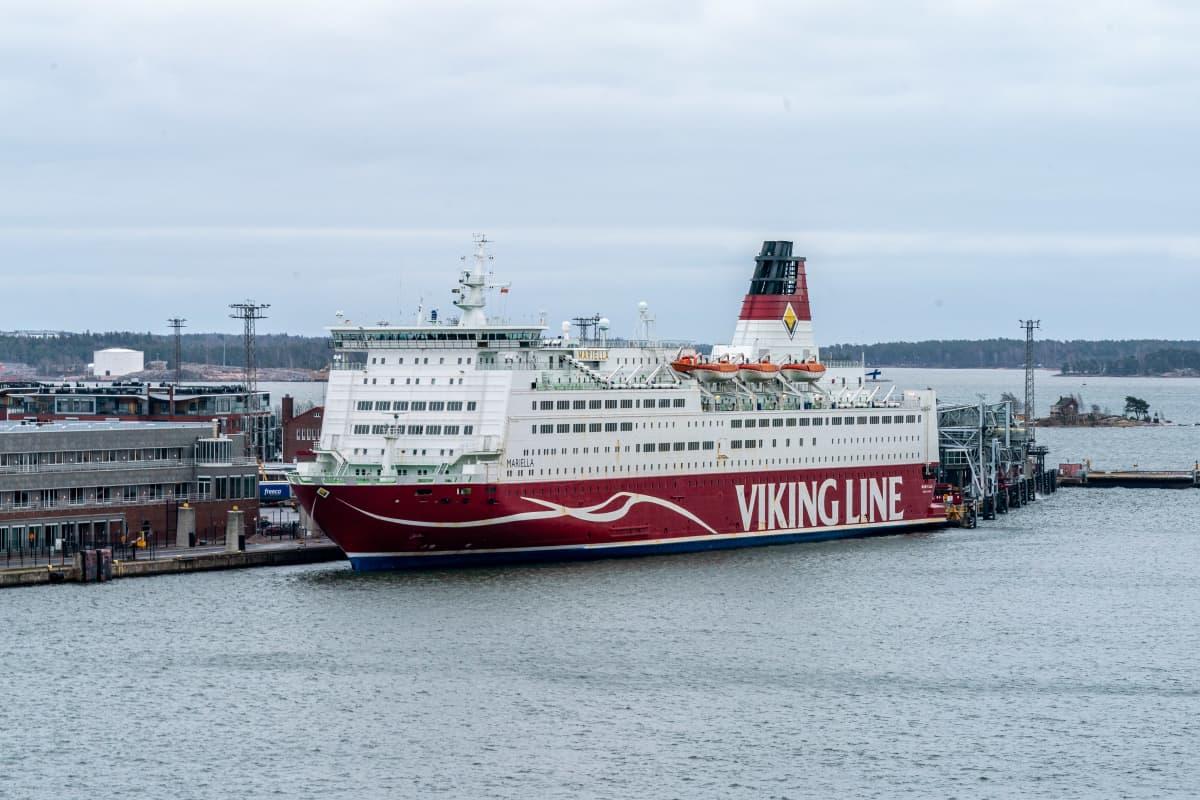Viking Mariella Katajanokalla laiturissa.