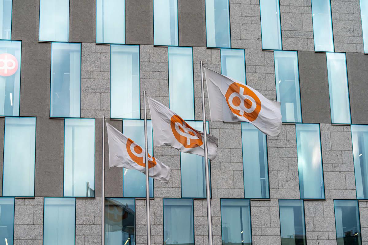 Osuuspankin liput liehuvat pääkonttorin edustalla.