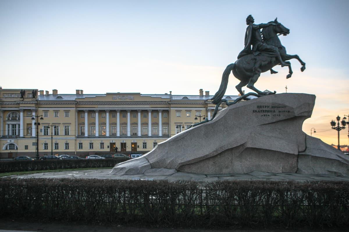 Pietari Suuren vaskiratsastajapatsas, taustalla Venäjän perustuslakituomioistuin