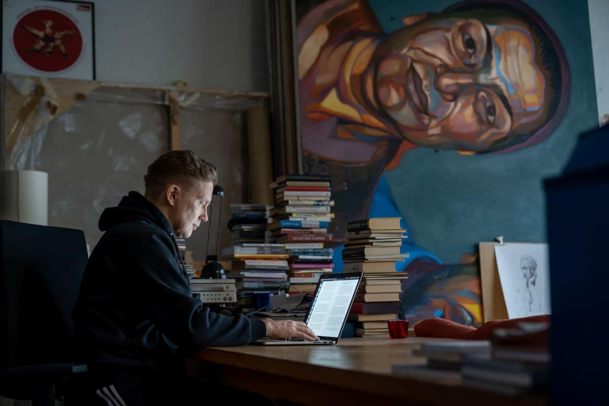 Kuvataiteilija, teatteriohjaaja, kirjailija ja kuvataiteen tohtori Teemu Mäki työhuoneessaan, Kaapelitehdas, Helsinki, 28.1.2020.