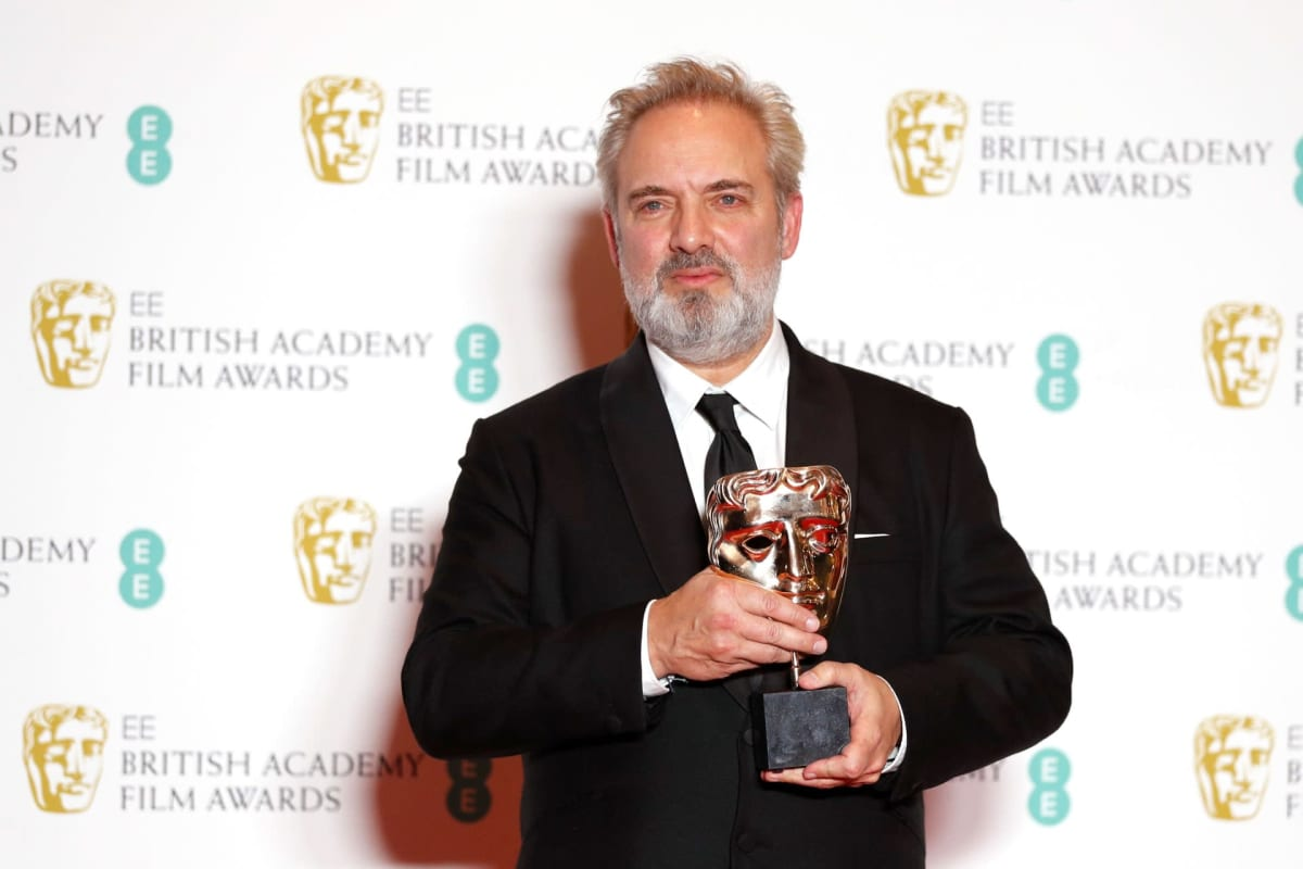 Elokuvaohjaaja Sam Mendes pitelee voittamaansa Bafta-palkintoa.