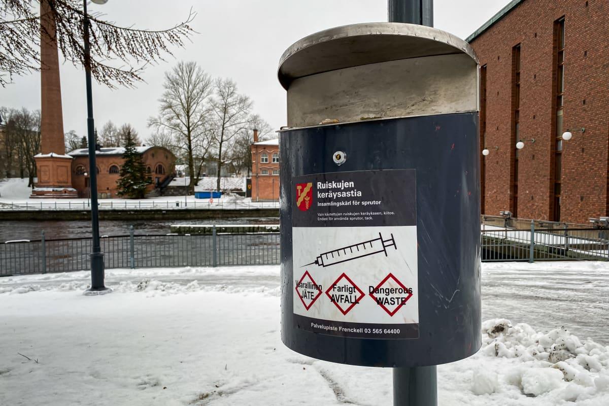 Ruiskujen keräysastia Tampereen Koskipuistossa.
