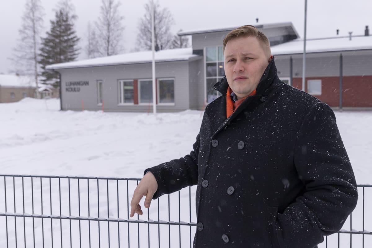 Luhangan kunnanjohtaja Tuomo Kärnä uuden koulurakennuksen edustalla.