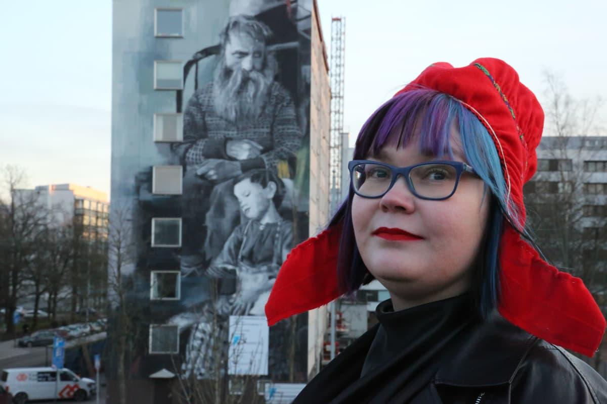 Niina Siivikko esittelee saamelaisen muraalin Turussa