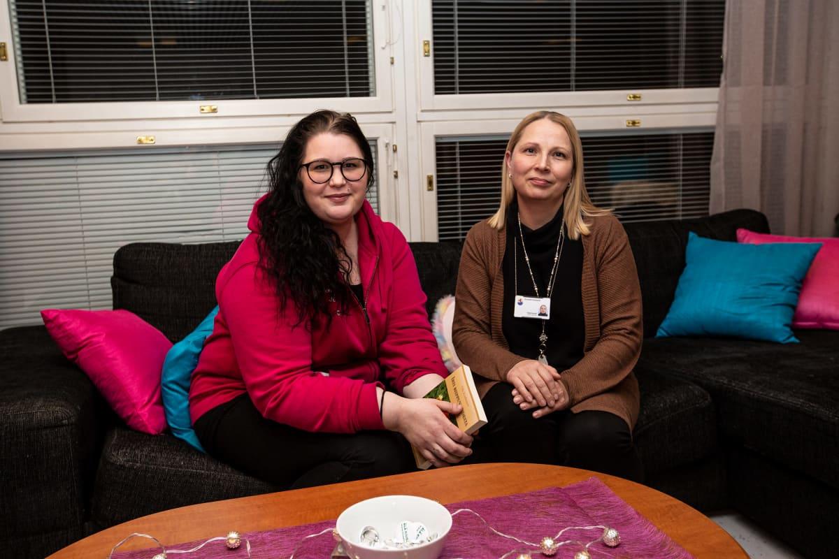 Nuoriso-ohjaaja Jenni Ahokas (vas.) ja Oriveden kaupungin hyvinvointijohtaja Tuija Peurala koululaisten vanhemmille pidetyn infotilaisuuden jälkeen Oriveden opistolla.