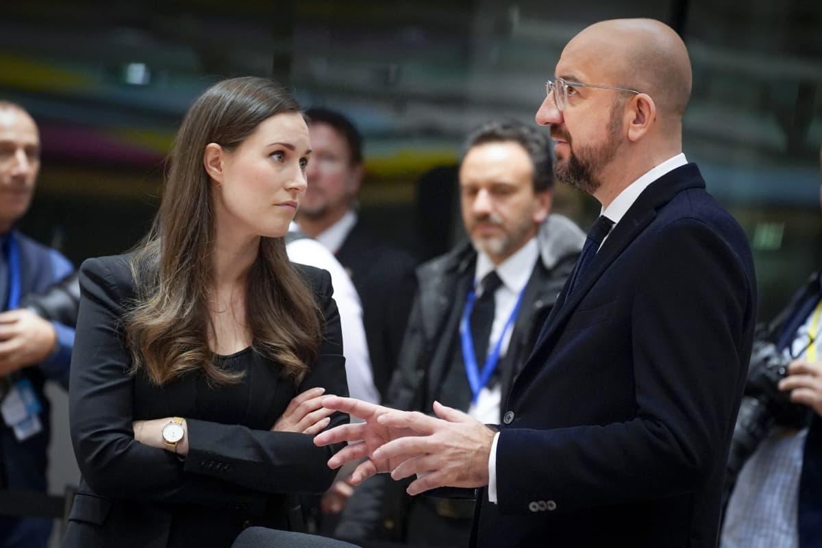 Pääministeri Sanna Marin ja Eurooppa-neuvoston puheenjohtaja Charles Michel huippukokouksessa Brysselissä joulukuussa 2019.